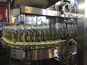 Die Flaschen werden abgefüllt. Gleichbleibende Qualität ist oberste Priorität.