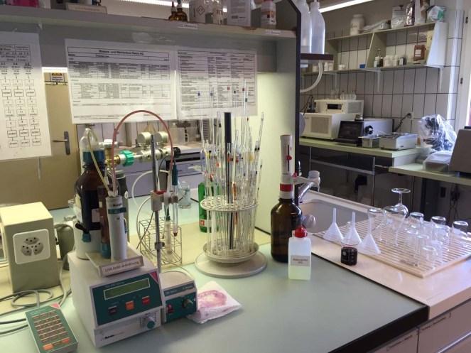 Im Labor wird die Qualität der Trauben untersucht.