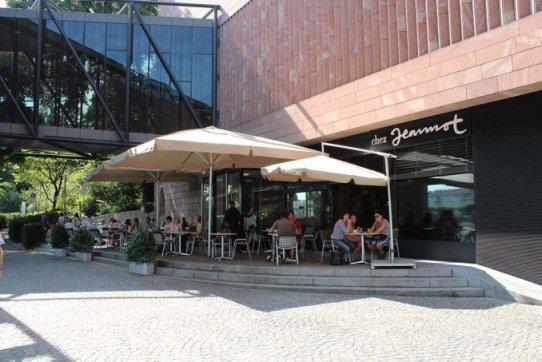 Gäste im Gartenrestaurant vom Chez Jeannot