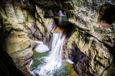 hoehle-wasserfall-slowenien