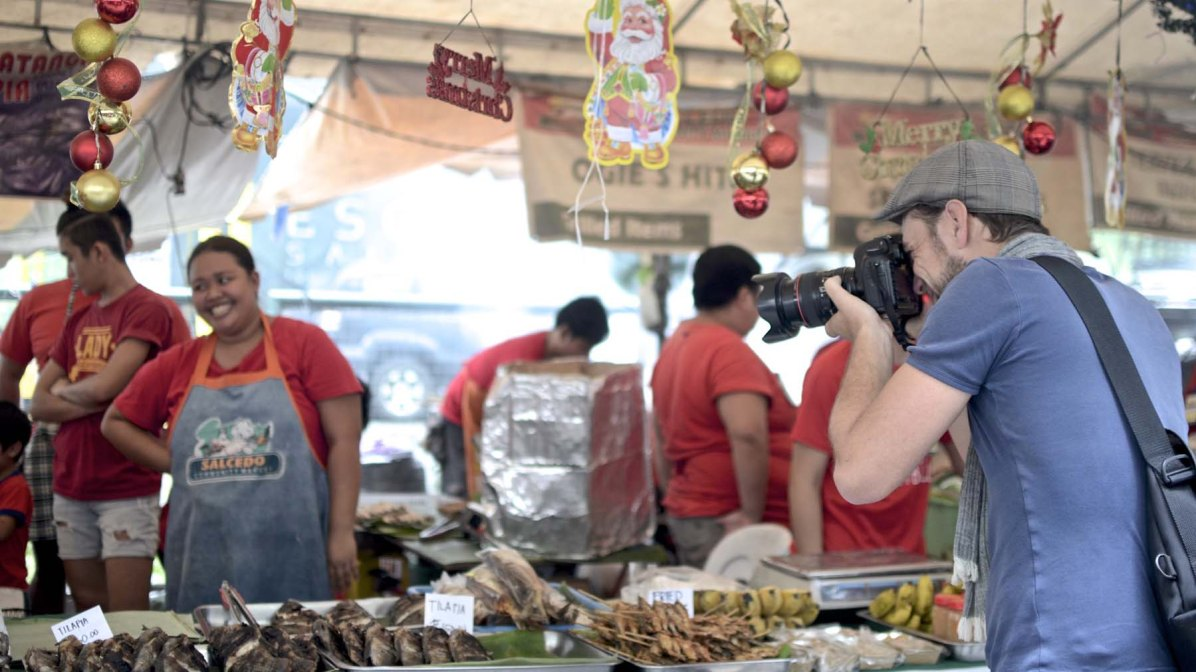 Martin Hoch unterwegs für die Food Reportage in Manila (Photo Credit: Jemwelson Mariano)