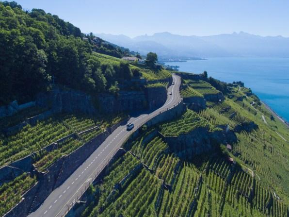 Drohnenaufnahme vom VW Bus in Lavaux