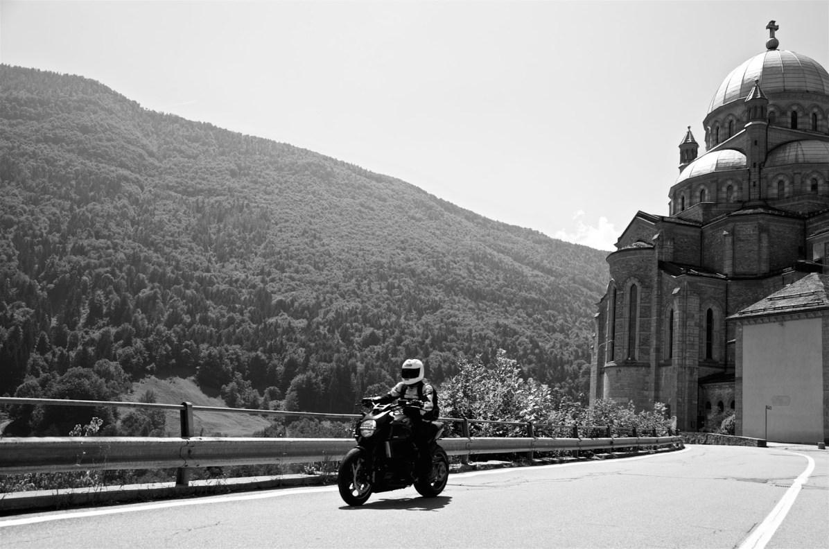 Maenner Motorrad Wochenende Schweiz Alpen 02