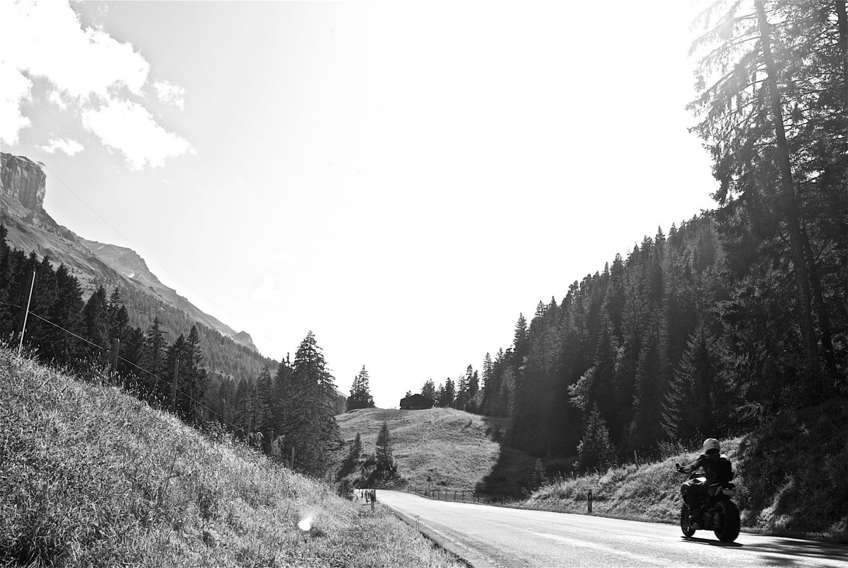 Maenner Motorrad Wochenende Schweiz Alpen 09