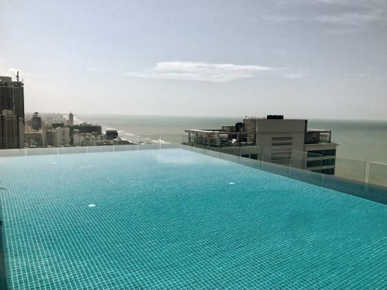 Blick vom Rooftop Pool des Mövenpick Hotels.