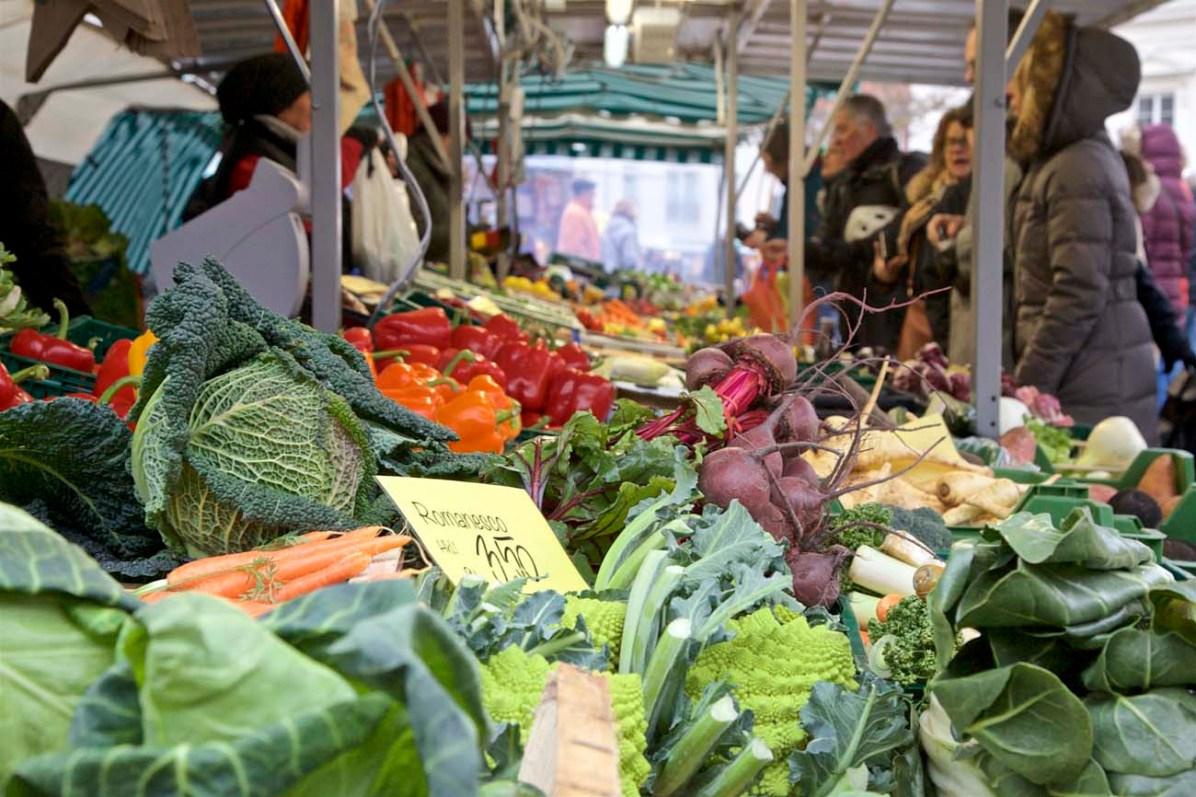 Bauernmarkt in Landau mit frischem Gemüse ...