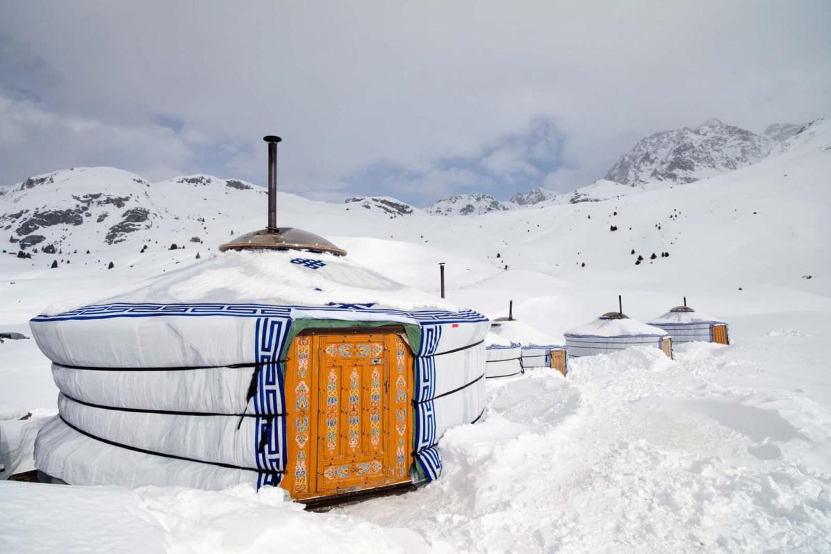 Das Jurtenhotel ist auch im Winter geöffnet (Bild: Nico Schaerer, nuvu.ch)