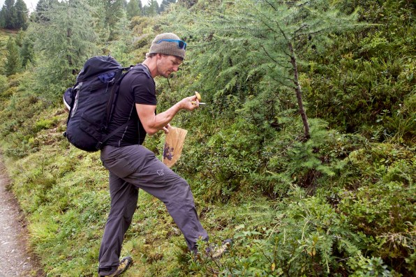 Pilze suchen waehrend Wanderung Kesch Trek