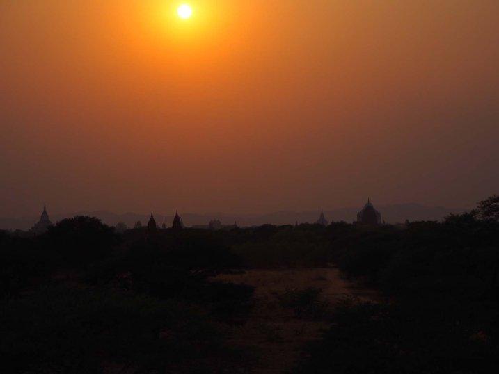 Sonnenuntergang über der Tempelstadt Bagan.