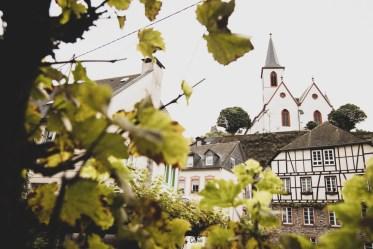 Sein Weinkeller liegt unter der Kirche, wo sein Vater einst als Pfarrer amtete.