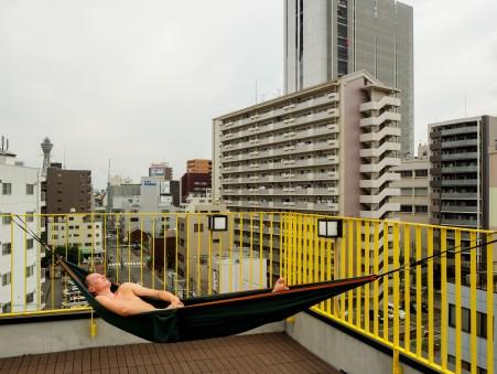 Colgar hamaca en la terraza