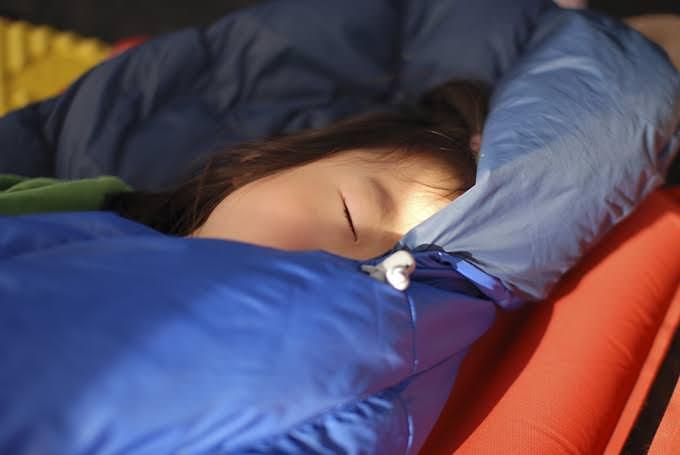 毎夏、いろんなキャンプ場へ出かけます。娘はテントの中で寝袋にくるまって眠るのが大好きです。