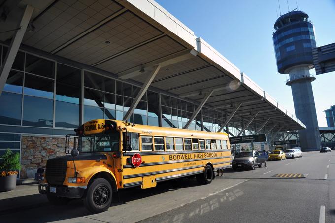 空港からのピックアップはスクールバスで