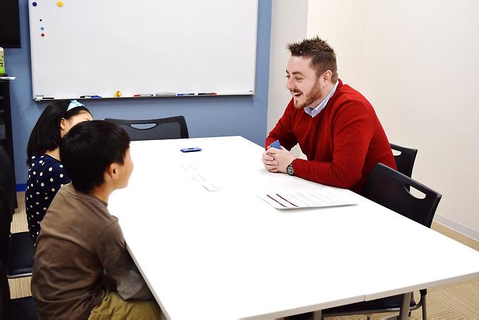小学生からレッスンを開始し、中学生で「身近な話題を理解し自分の意志と理由を簡単に表現できる」というCEFR(セファール)のB1相当の学習レベルを目標にカリキュラムが組まれているヤマハイングリッシュアカデミー