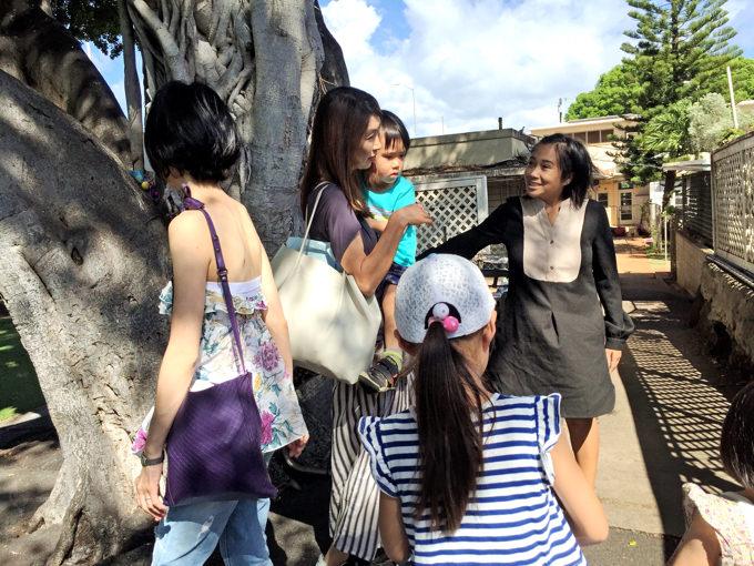 ハワイ親子留学中、スクールのスタッフに話しかけるママ