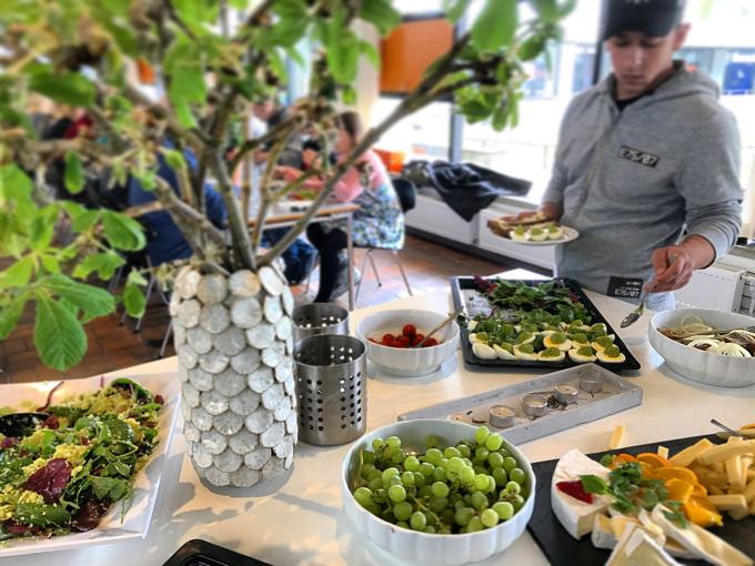 デンマーク「フォルケホイスコーレ」寮の食堂の様子。