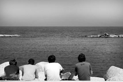 Un gruppo di ragazzi sul lungomare di Bari