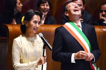 Ignazio Marino consegna la cittadinanza onoraria a Aung San Suu Kyi