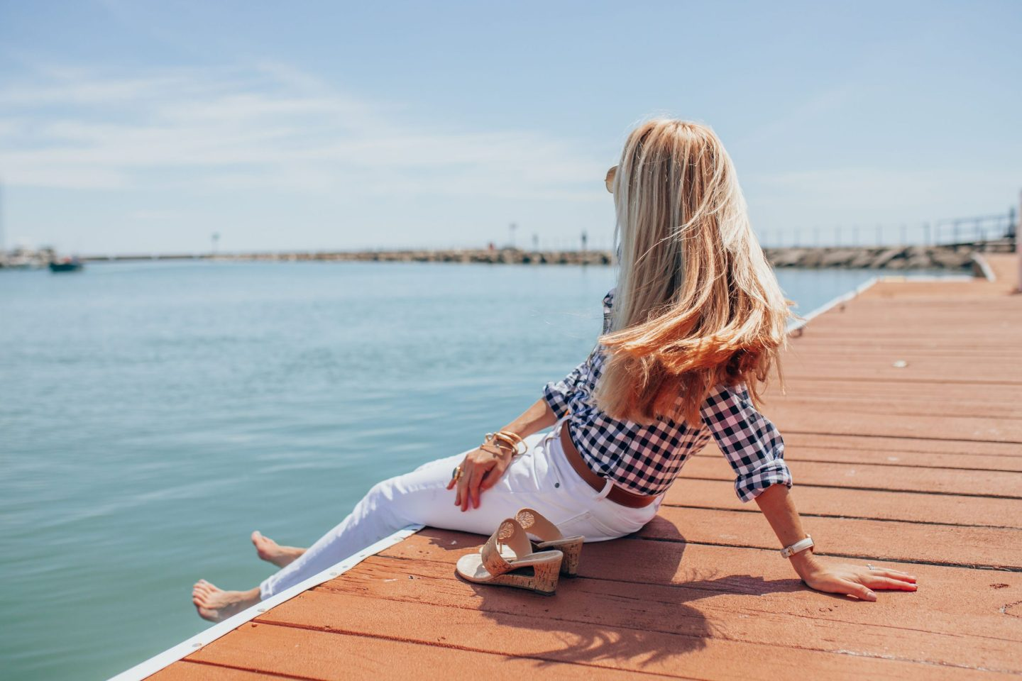 summer-sailing-outfit-white-jeans-navy-gingham-button-down-lake-michigan-milwaukee-wi