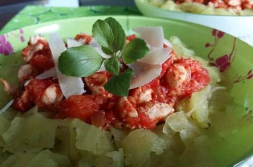 Wstęgi cukinii z pomidorami,kurczakiem i parmezanem