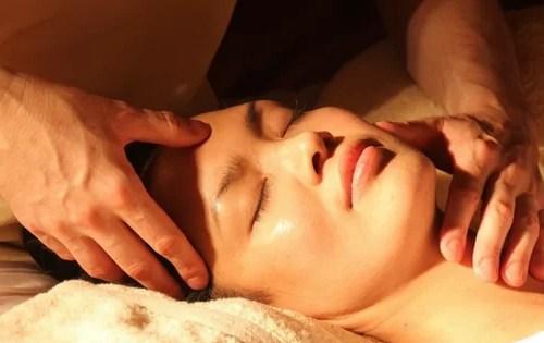 Masaż twarzy to sposób na odmłodzenie i ujędrnienie