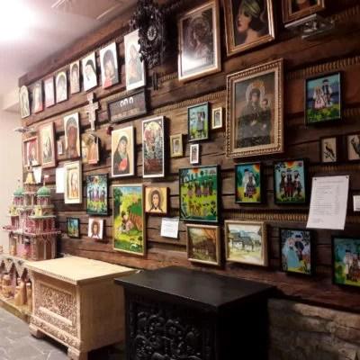 Recepcja hotelu Wierchomla i ściana, na której wiszą obrazy okolicznych twórców