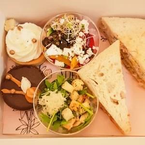 Kanapeczki, sałatki i ciastka w pudełku
