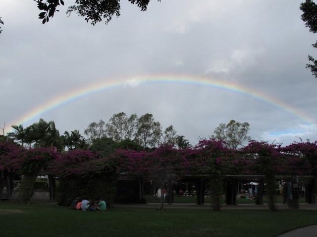 Ein perfekter Regenbogen über der South Bank, der Uferpromenade.
