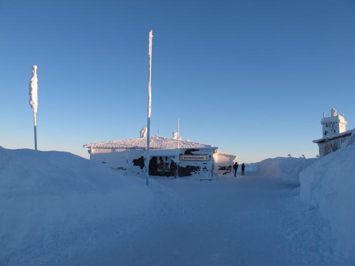 Pünktlich zum Sonnenuntergang erreicht die Gruppe das Ziel. Das Thermometer zeigt zehn Grad unter Null, der Sturm tobt und eisigen Landschaften wirken im Zwielicht bizarr.