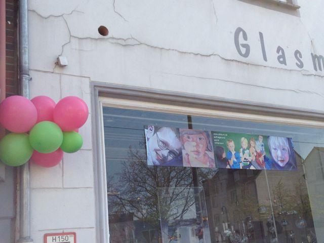 Im vergangenen Jahr Rosa-Grün, dieses Jahr sind die Luftballons der Offenen Ateliers in Orange-Lila gehalten. Und wieder dabei die Glasmanufaktur Borgardt im Buntentorsteinweg. © Heike Mühldorfer