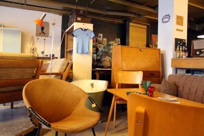 Blick in den Laden von Wedderbruuk Vom Sessel bis zum Stehpult oder dem kleinen Telefonschränkchen