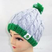 graue mütze mit grün
