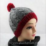 rote mütze mit grauen bündchen
