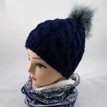 blaue mütze mit kunstfellbommel und zopfmuster