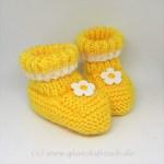 gelber Babyschuh mit Blume