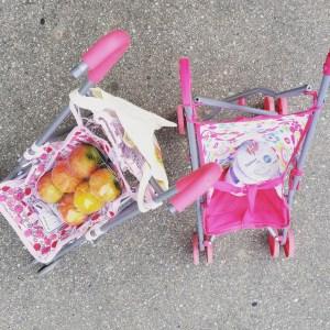 Foto Puppenwagen mit Einkauf