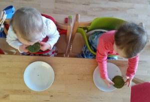 Kinder essen Pancakes