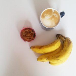 Foto von Bananenmuffins und Kaffee