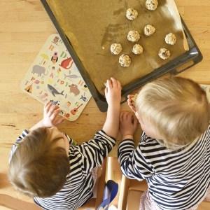 Kleinkinder helfen in der Küche