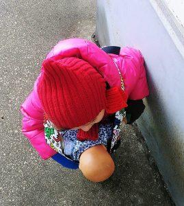 Kleinkind mit Puppe