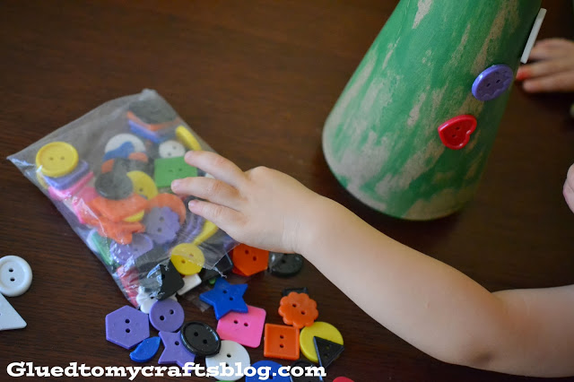 Kid Made Christmas Tree {Kid Friendly Craft}
