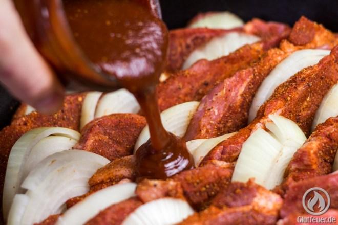 DIe BBQ Sauce über das Fleisch gießen