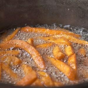 Dutch Oven Suesskartoffel Pommes
