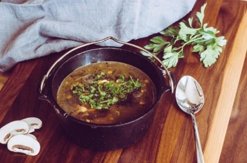Klare Champignonsuppe aus dem Dutch Oven