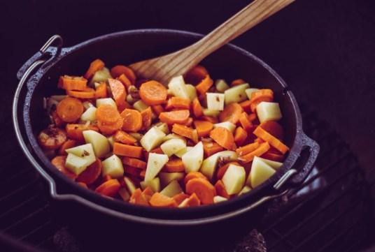 Möhren und Kartoffeln im Dutch Oven