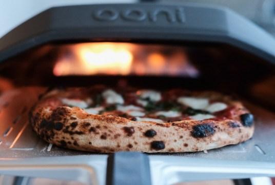 Pizza drehen im Ooni Koda
