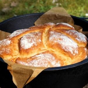 Hefezopf im Dutch Oven