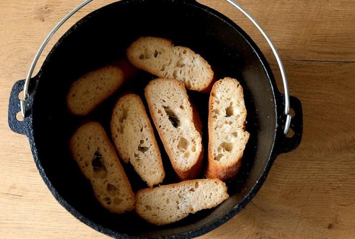 Brotscheiben im Dutch Oven