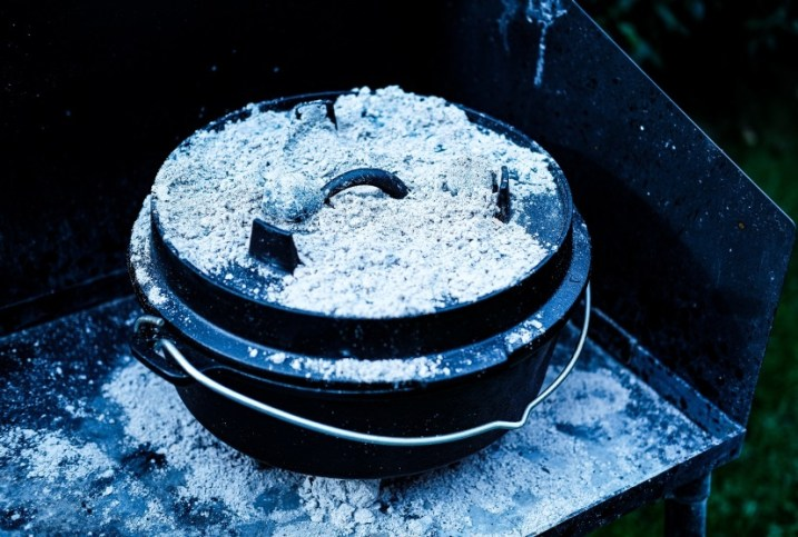 Dutch Oven mit Kohlen und Asche