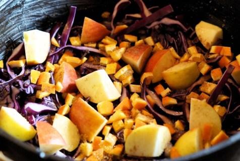 Rotkohl im Dutch Oven mit Orangen